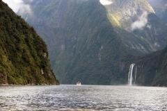 weltreize.com-neuseeland-mildford-sound-wasserfall-winziges-schiff