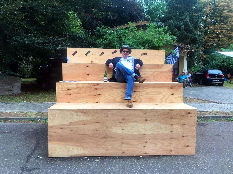 Mann auf Holztribüne, Metropolink Festival, Patrick-Henry-Village, Heidelberg