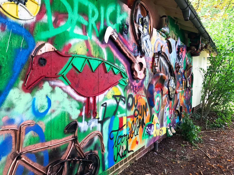 Ein Streetart-Werk von Bordalo II und Flüchtlingen im Patrick-Henry-Village
