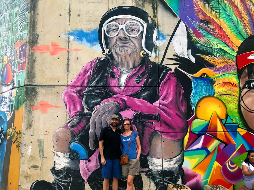 Claudia und Dominik vor Streetart Comuna 13 Medellin
