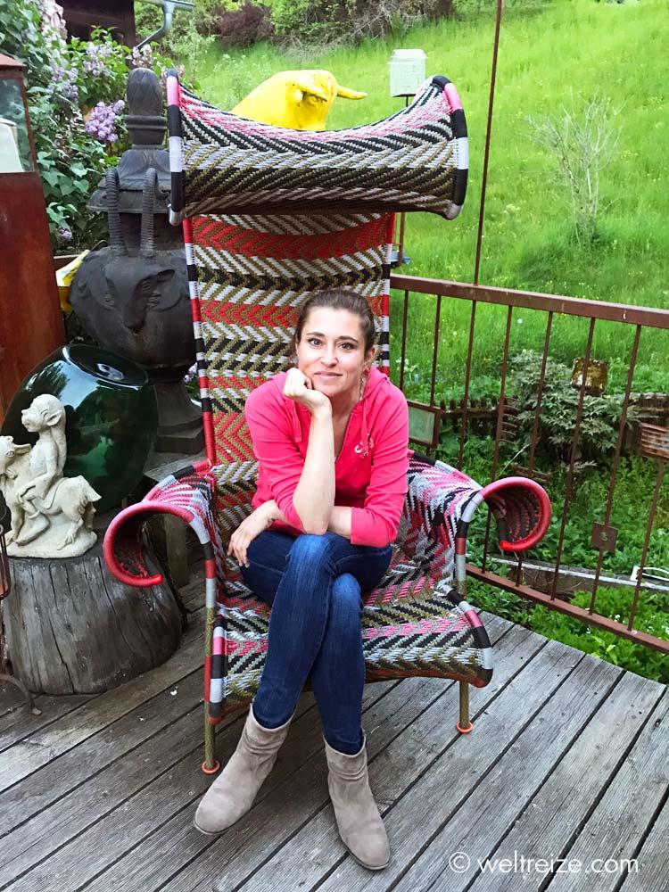 Claudia in Sessel auf der Terrasse des Kleinsasser Hofs in Kaernten