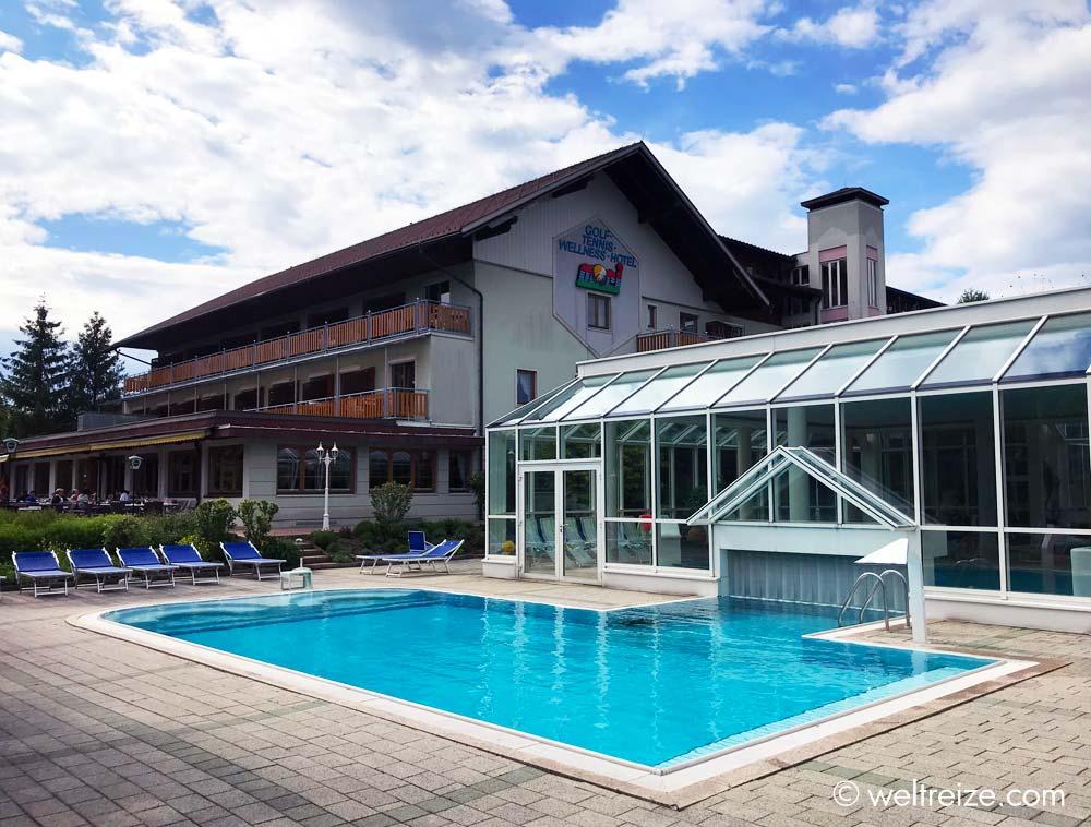 Hotel Mori mit Schwimmbecken im Außenbereich