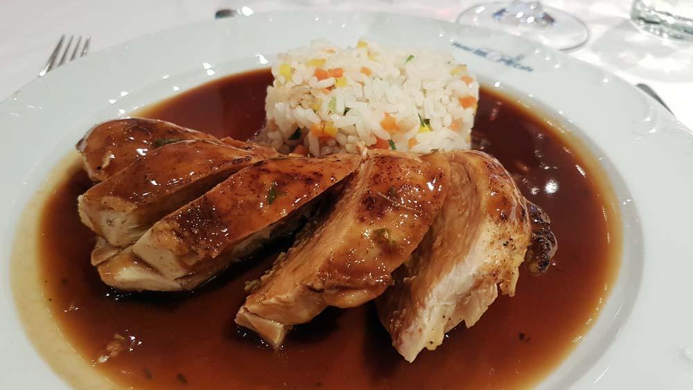 Huehnerbrust-Tranchen an Thymian-Sauce mit Kraeuterreis im Hotel Mori in St. Kanzian
