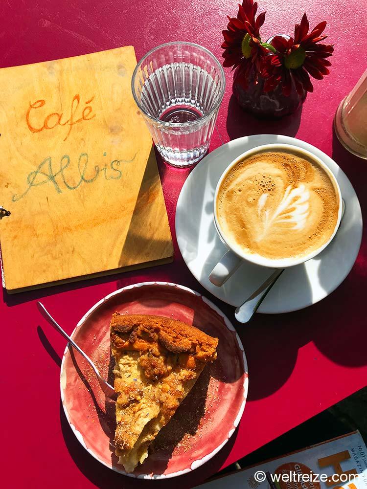 Cappuccino und Apfelkuchen im Cafe Albis in Hitzacker Wendland