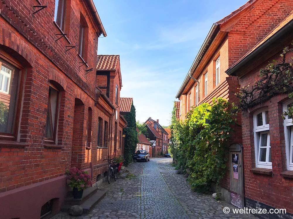 Straße mit Fachwerk- und Backsteinhäusern in Hitzacker im Wendland