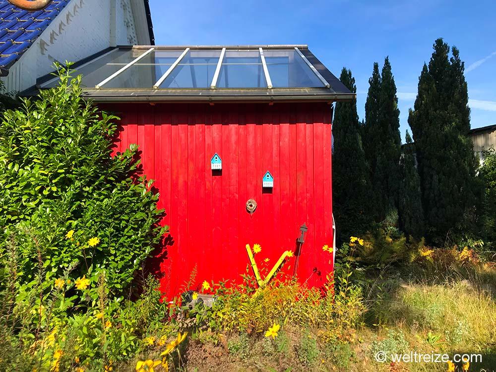 Gelbes X vor einem roten Haus in Tollendorf im Wendland