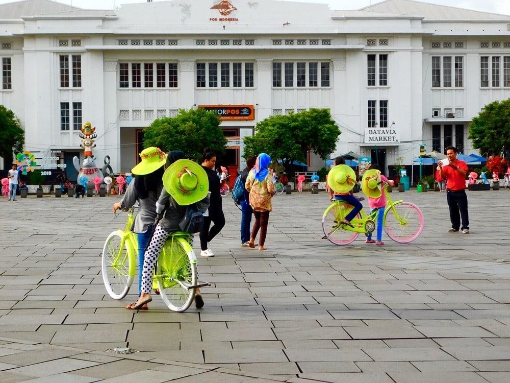 Bunte Fahrraeder auf dem Platz Kota Tua in Jakarta