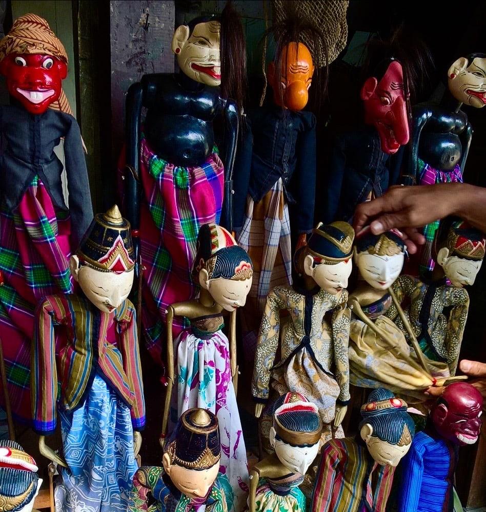 Figuren auf einem Markt in Jakarta