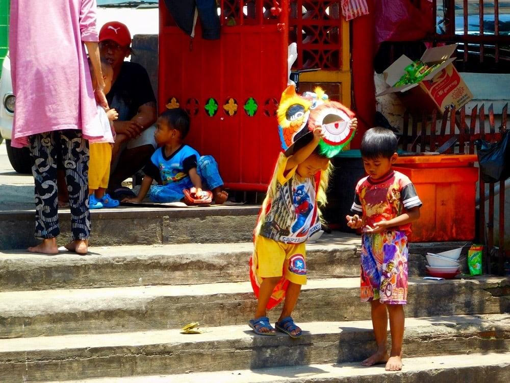 Spielende Kinder auf Treppe Jakarta