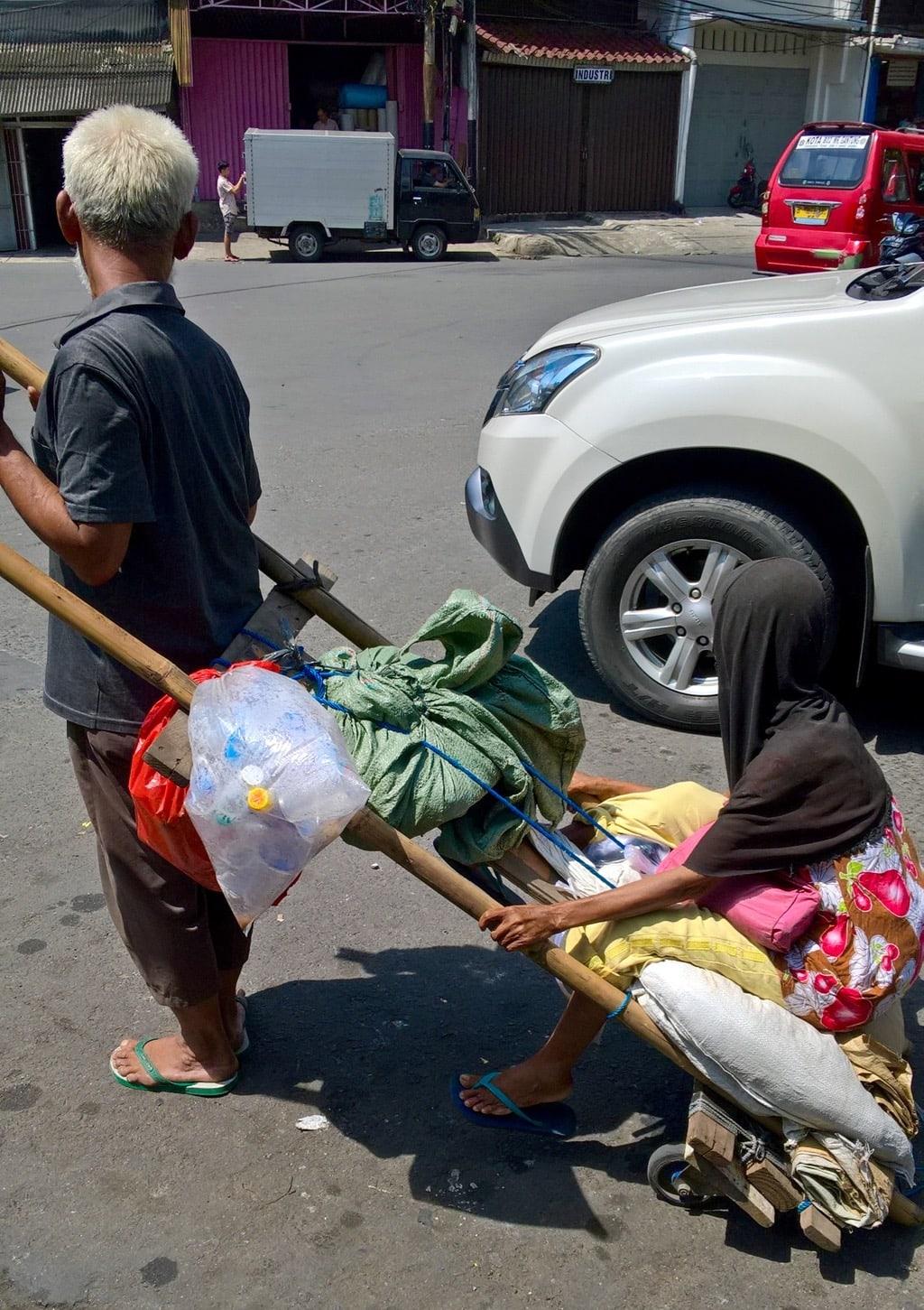 Karre und Autos auf den Straßen Jakartas