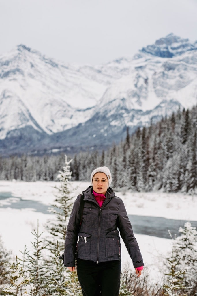 Claudia vor den Rocky Moutains im Jasper Nationalpark