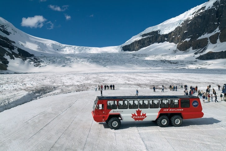 Ice Explorer Bus auf dem Columbia Icefield im Jasper-Nationalpark
